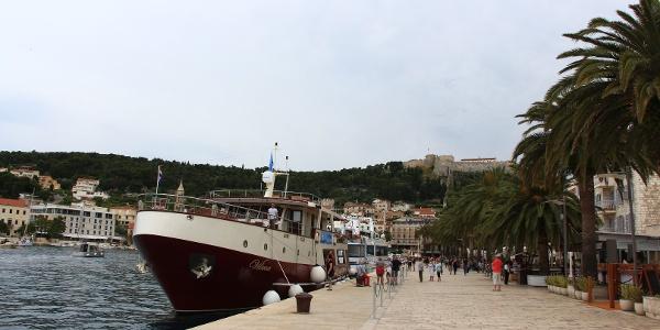 Die Runde startet am Hafen von Hvar