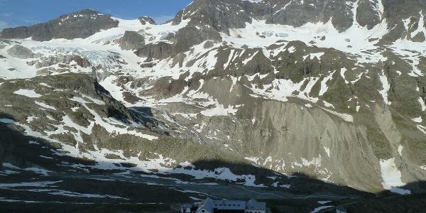 Blick zurück zur Hütte und die gegenüberliegende Talseite mit (zentral) Silvrettahorn