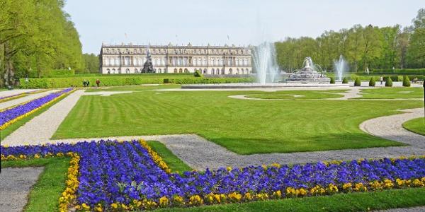 Schloss Herrenchiemsee mit Blumen