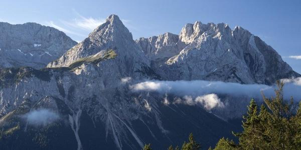 Die ersten Ausblicke beim Aufstieg reichen über das Ehrwalder Becken zur Mieminger Kette.