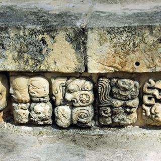 Schriftzeichen auf einem steinernen Sockel in Copán