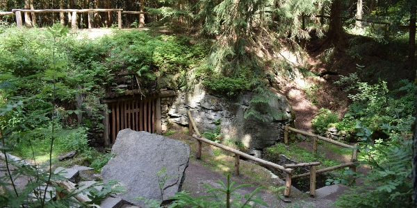 Stülpnerova jeskyně v lese Greifensteinwald