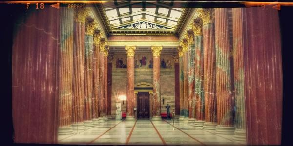Die Säulenhalle des österreichischen Parlaments
