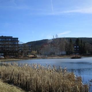 Kranicher Teich mit Bocksberg im Hintergrund