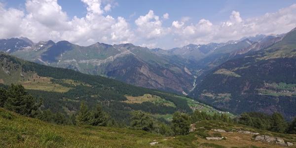 """Überwältigend ist der Panoramablick von der Geländekuppe beim """"Hahnl"""" Richtung Norden zu den Bergen des Alpenhauptkammes. Unten unser Ausgangsort Ulfas und auf der anderen Talseite die Pseirer Ortschaft Stuls."""
