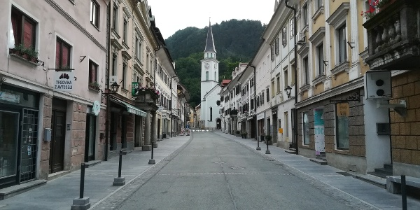 der Ortskern von Tržič mit der Pfarrkirche Hl. Joseph, am frühen Morgen noch menschenleer – Südansicht