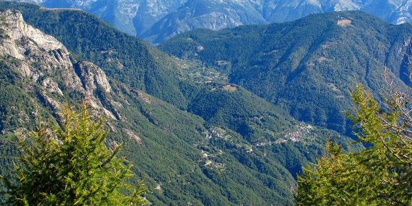 Tiefblick ins Onsernonetal nach Loco.