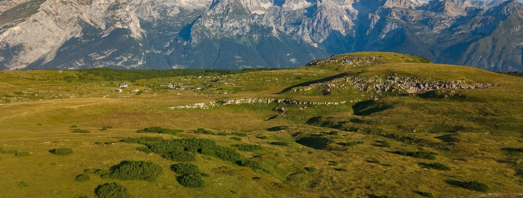 Die Wiesen bei der Hütte Bait del Germano und die Brenta Dolomiten