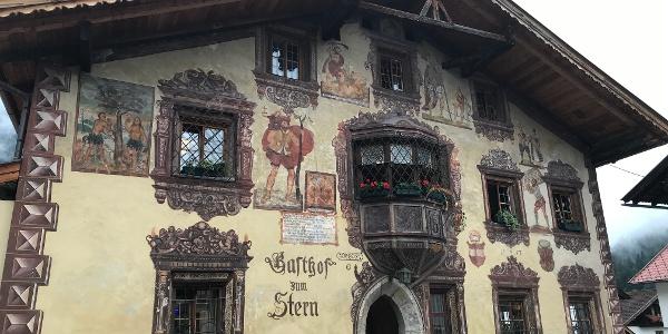 Fassadenmalerei im alten Ortskern von Oetz