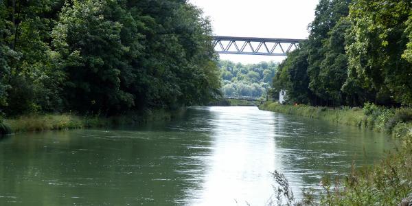 Isarkanal mit Großhesseloher Brücke