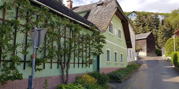 Bei diesem alten grünen Haus rechts rauf