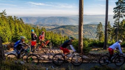 Trail Park Klínovec mit Blick in den Egergraben und aufs Duppauer Gebirge