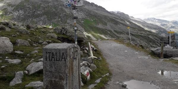 Am Pfitscherjoch verläuft die Staatsgrenze zwischen Italien und Österreich. Auch in Zeiten offener Grenzen ist es für Kinder ein Abenteuer, zu Fuß in ein anderes Land zu gehen.