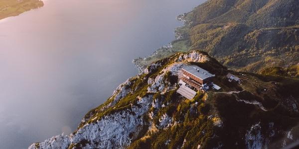 Das Traunsteinhaus mit Blick auf den Traunsee