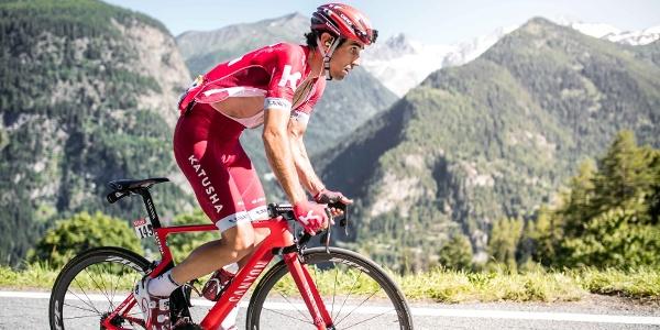 Coureur cycliste sur la route de Finhaut