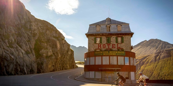 Cycliste devant l'Hôtel Belvédère, col de la Furka