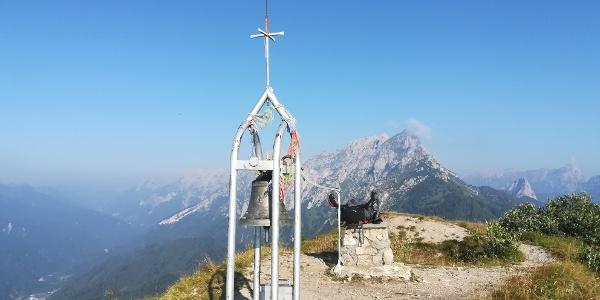 Mt. Talm mit Blick nach Westen in das Val Pesarina und der Ortschaft Pesariis – dahinter der Mt. Siera (li.), Mt. Cimon, Mt. Pleros, Mt. Tuglia, Mt. Chiadin und Mt. Lastroni - 1