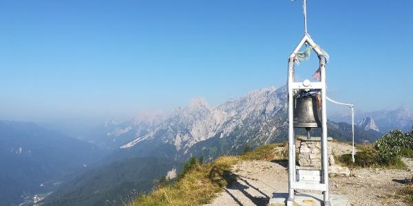 Mt. Talm mit Blick nach Westen in das Val Pesarina und der Ortschaft Pesariis – dahinter der Mt. Siera (li.), Mt. Cimon, Mt. Pleros, Mt. Tuglia, Mt. Chiadin und Mt. Lastroni – 2