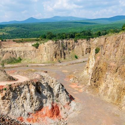 A Cserkő-bánya látványos tájsebe