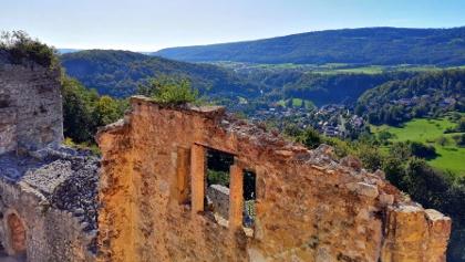 Sicht von der Burg Landskron im Oberelsass auf Hofstetten-Flüh in der Schweiz.