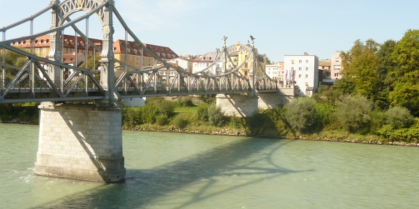 Die Salzachbrücke verbindet Oberndorf mit Laufen in Oberbayern.