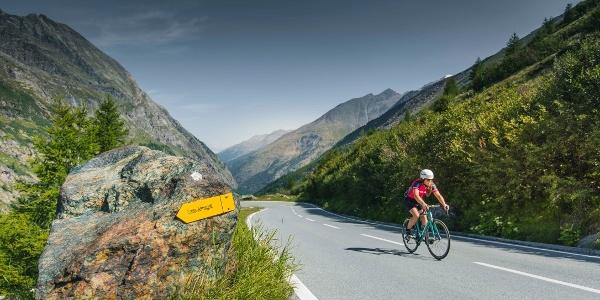 Cycliste sur la route du Mattmark