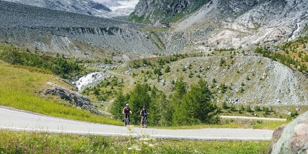 Cyclistes vers le barrage de Mattmark