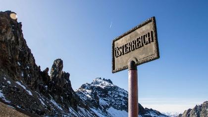 In den Nordseiten der Gipfel hält sich noch der Schnee.