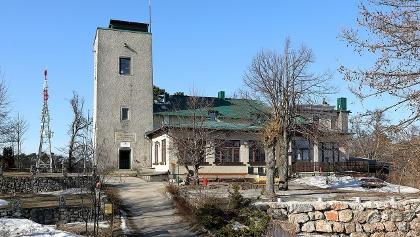 Das Schutzhaus der ÖTK Sektion Baden mit der Sinawarte