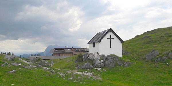 Straubinger Haus mit Almbauernkapelle - nach der Kapelle geht es bergab
