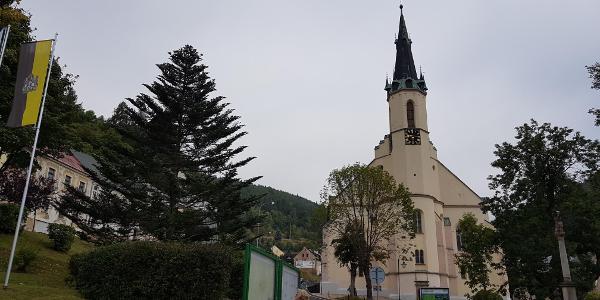 Start bei der Kirche in Jachymov