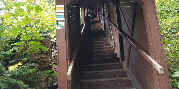 Durch den Holztunnel zu den Bergwerken