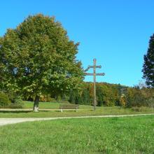 Kreuz und Ruhebank am Hudelweg