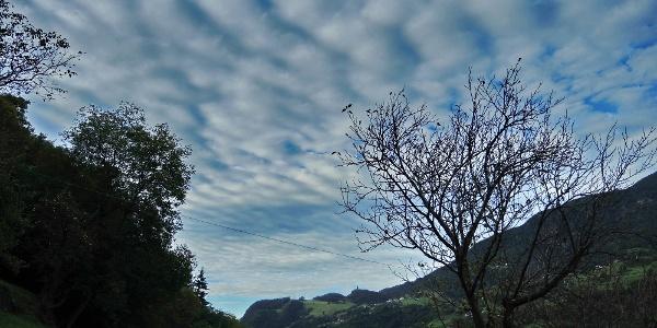 Aufstieg zur Trostburg mit Blick zum Ritten