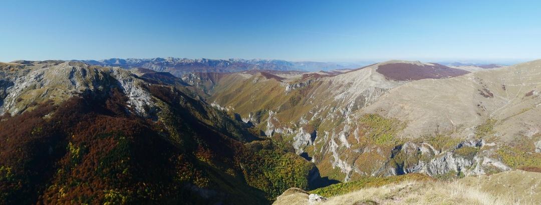 Blick vom Malo brdo über das Tal und die umliegenden Gipfel