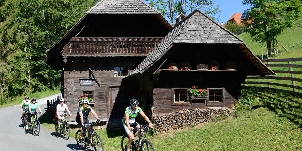Radfahrer beim Heimatmuseum in Wenigzell