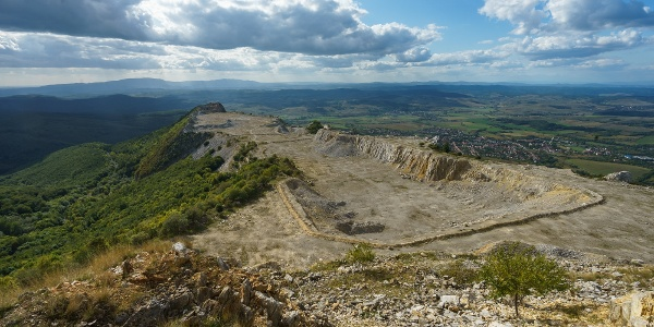 Az elbányászott Bél-kő fölött