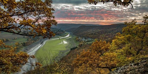 Herbstlicher Sonnenuntergang von einem knorrigen Eichenhang
