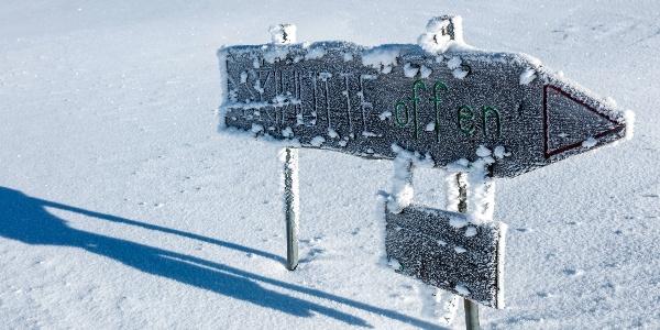 Wegweiser Skihütte Feldis im Winter