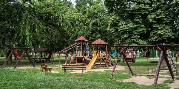 A gyerekeket hatalmas játszótér várja a parkban