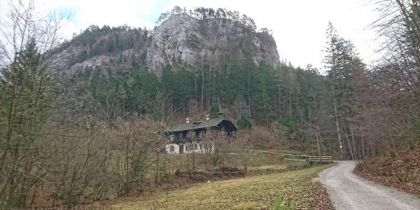 Schöne Felskulissen und alte Jagdhäuser beim Forstraßen-Zustieg