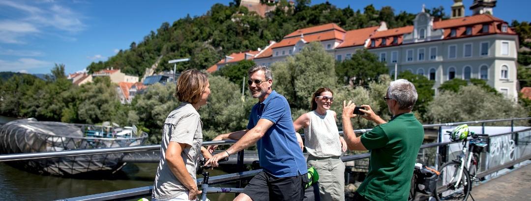 Blick auf die Acconci Insel und den Schlossberg in Graz