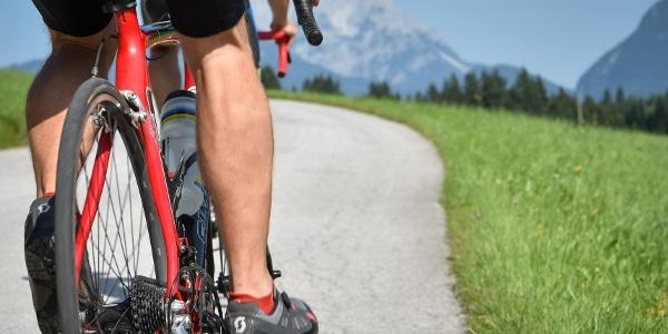 Rennradfahrer im Alpbachtal