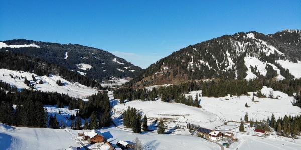 Schneebedeckte Landschaft im südlichen Oberallgäu