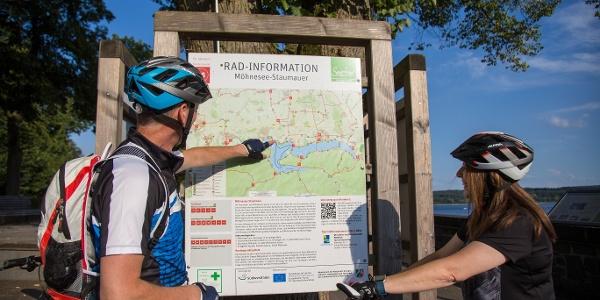 Streckenplanung an der Tourentafel für die Radtour