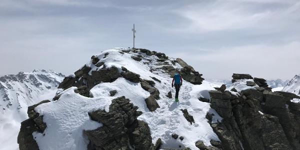 Letzten Meter zum Gipfelkreuz zu Fuß