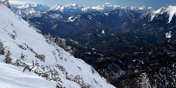 Kräuterin-Ost: Blick vom Hochstadl-Schlussanstieg nach W, hinten links das Gesäuse, rechts das Tote Gebirge, ganz rechts das Hochkar