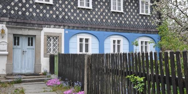 Oberlausitzer Umgebindehaus am Erlenweg, unweit Kirche und Häuselpark Cunewalde