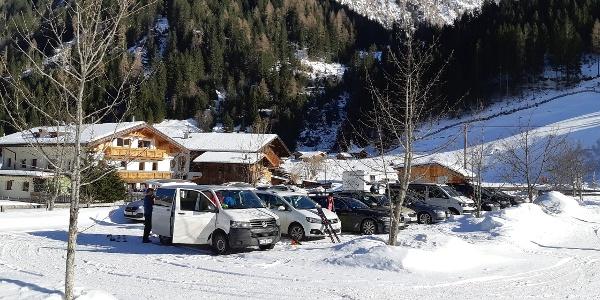 Öffentlicher Parkplatz beim Gasthof Feuerstein.