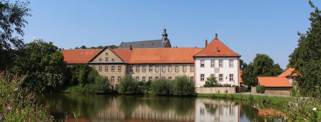Kloster Lamspringe mit Abteigebäude im Vordergrund